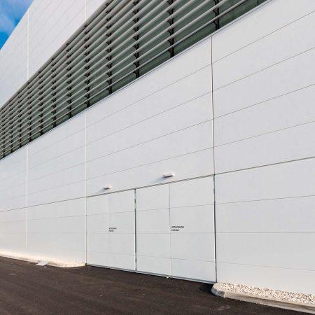 Beschattungs-System aus C250 Easyfix Lamellen an der Fassade der Messehalle Wels.