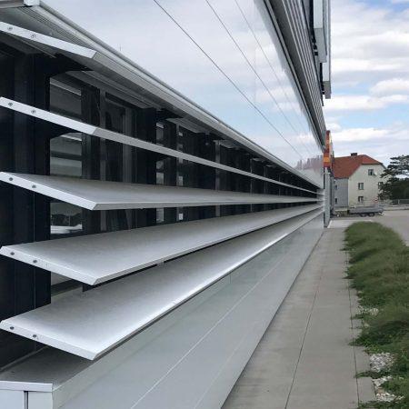 Beschattungs-System aus Lamellen (C250 Easyfix) an der Fassade der Firma Machacek.