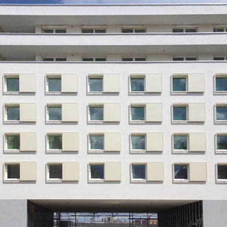 Blech-Schiebeläden (beweglich) zur Beschattung an der Fassade vom Apartmenthaus Sonnwenddorf in Wien, Marke Solarwings, ausgeführt von der Firma Linzner.