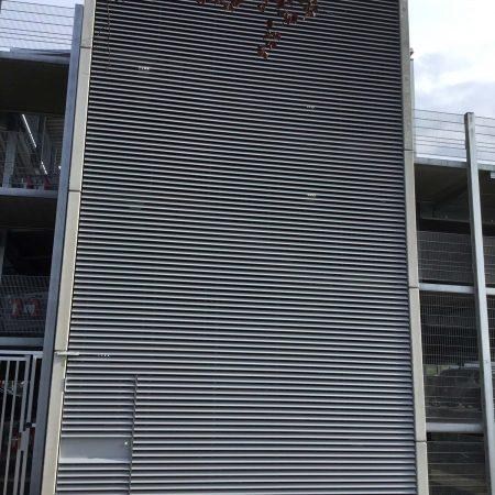 Beschattungssystem aus Lamellen C100 Easyfix, angebracht bei der Firma Miba in Vorchdorf.
