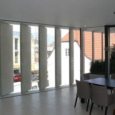 Beschattungs-System aus Betonlamellen (drehbar), Bauherr: Karl Riener geplant vom Architekturbüro Arkade ZT GmbH, ausgeführt von der Firma Linzner.