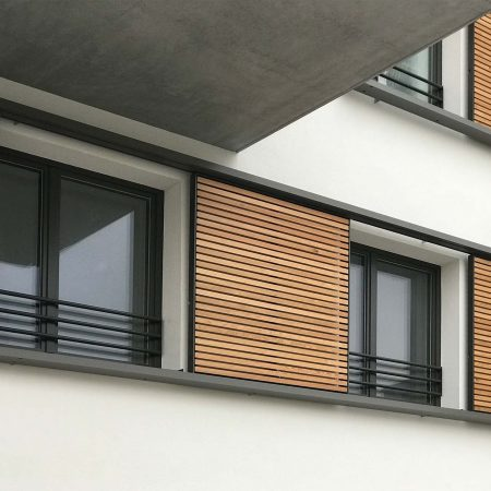 Holz-Schiebeläden der Marke Solarwings, bewegliche, ausgeführt von der Firma Linzner für eine Wohnhausanlage in der Aspernstraße in Wien.