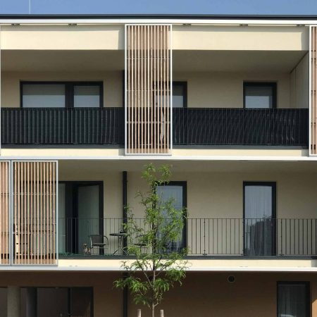 Holz-Schiebeläden der Marke Solarwings, bewegliche, ausgeführt von der Firma Linzner für eine Wohnhausanlage in Wieselburg.