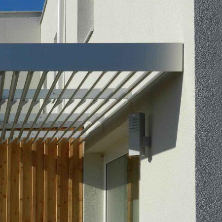 Beschattungssystem aus Lamellen SWCL100 Classic, ausgeführt für eine Wohnhausanlage in Bad Fischau unter der Leitung des Architekturbüros apm ZT GmbH.