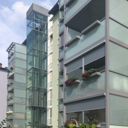 Lift aus Stahl und Glas und Aluminium-Glas-Balkone für GWG Linz, ausgeführt von Firma Linzner in der Freistädter Straße.