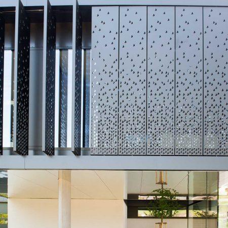 Lamellensystem zur Beschattung, drehbar, aus Lochblech, Bauherr: Mibag, Architekturbüro: Arkade ZT GmbH