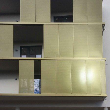 Schiebeläden aus Lochblech als bewegliches Beschattungs-System, ausgeführt von der Firma Linzner für die PVA.