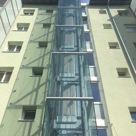 Lift aus Stahl und Glas für GWG Linz, ausgeführt von Firma Linzner in der Freistädter Straße.
