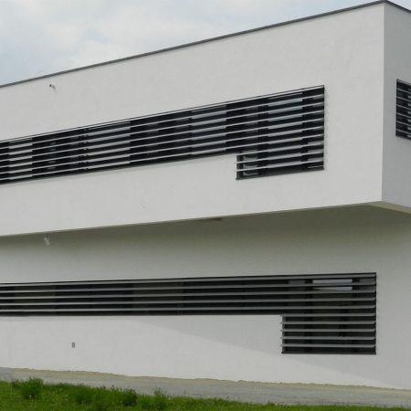Beschattungssystem aus starren SWEL Profillamellen, Bauherr: Berger Schinken, Architekturbüro: BAUMANN/GLAS/1886 GmbH