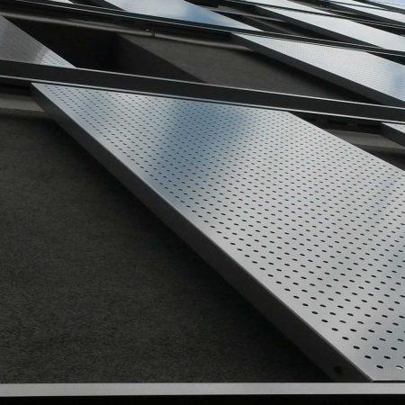 Schiebeladen aus Lochblech als bewegliches Beschattungs-System, ausgeführt von der Firma Linzner für die GSG.