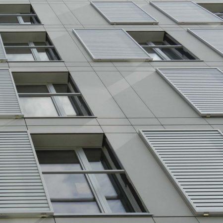 Solarwings Schiebeladen-Beschattungssystem aus Lamellen an einem Wohnhaus in der Beatrixgasse in Wien.
