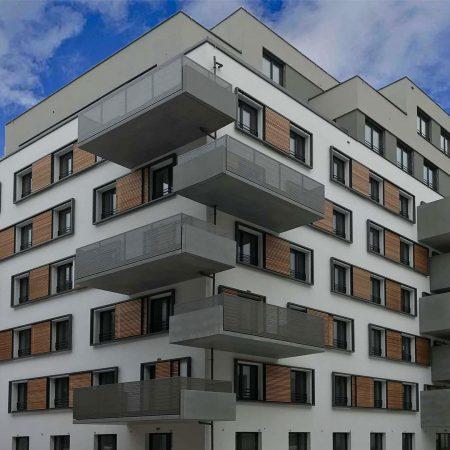 Holz-Schiebeläden Marke Solarwings, bewegliche, ausgeführt von der Firma Linzner für eine Wohnhausanlage in der Aspernstraße in Wien.