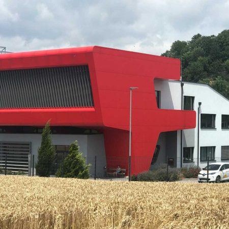 Beschattungssystem aus Lamellen, drehbar, aus SWEL Profillamellen an der Fassade der Firma Gottwald, Architekturbüro: GH3 Architekten ZT KG.