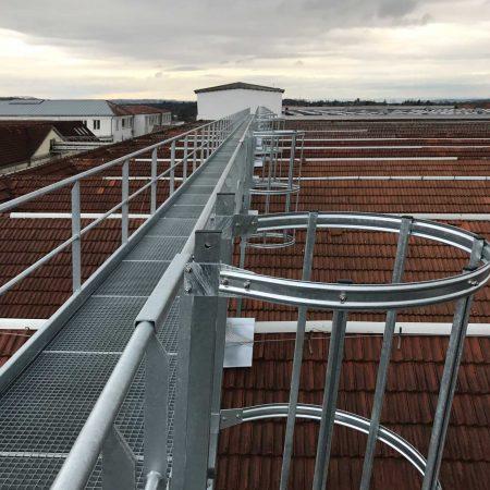 Stahl-Wartungsstege für Industrie-Halle, ausgeführt von Firma Linzner