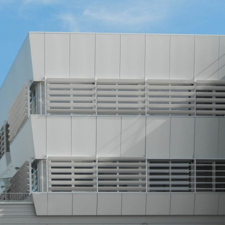 Beschattungssystem aus drehbaren SWEL Profillamellen, Bauherr: TGW Wels, Architekturbüro: Delta