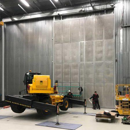 Großes Schallschutztor mit hydromechanischem Antrieb gefertigt von Firma Linzner für Siemens Transformers S.r.l.