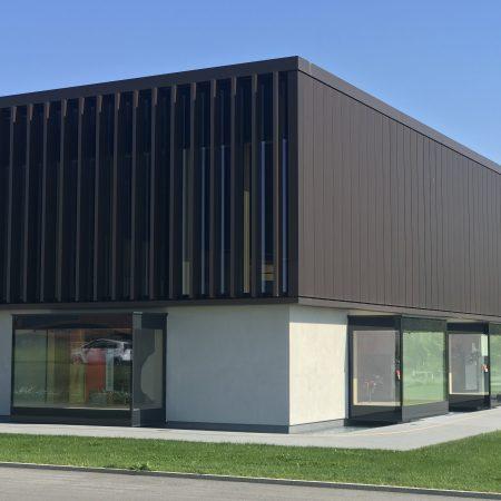 Lamellensystem zur Beschattung, drehbar, aus Lochblech, Bauherr: Hargassner, Architekturbüro: Architekten berger.hofmann OG