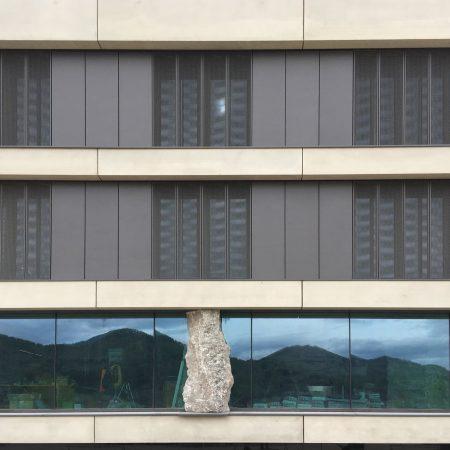 Solarwings Lamellensystem der Firma Linzner an der Fassade der Firma Bernegger in Molln